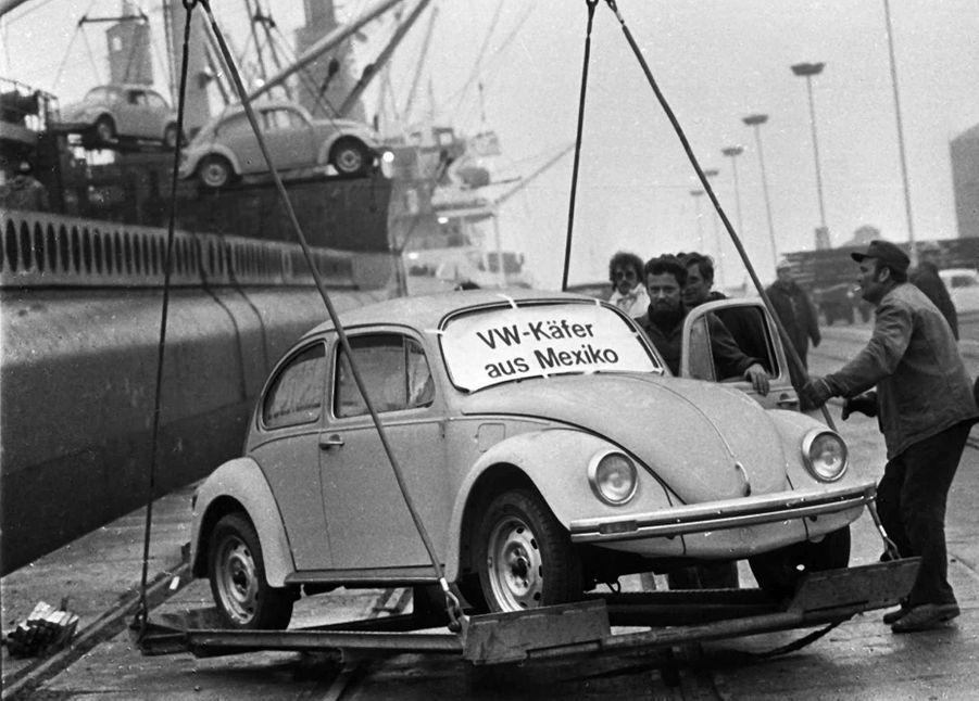 Première arrivée de Coccinelle fabriquées au Mexique dans le port de Emden, en Allemagne, le 20 décembre 1977.