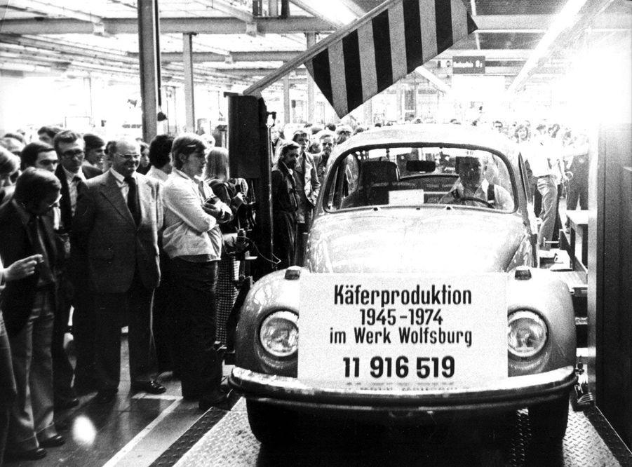Fin de la production de la Coccinelle à Wolfsburg, en Allemagne, le 1er juillet 1974.