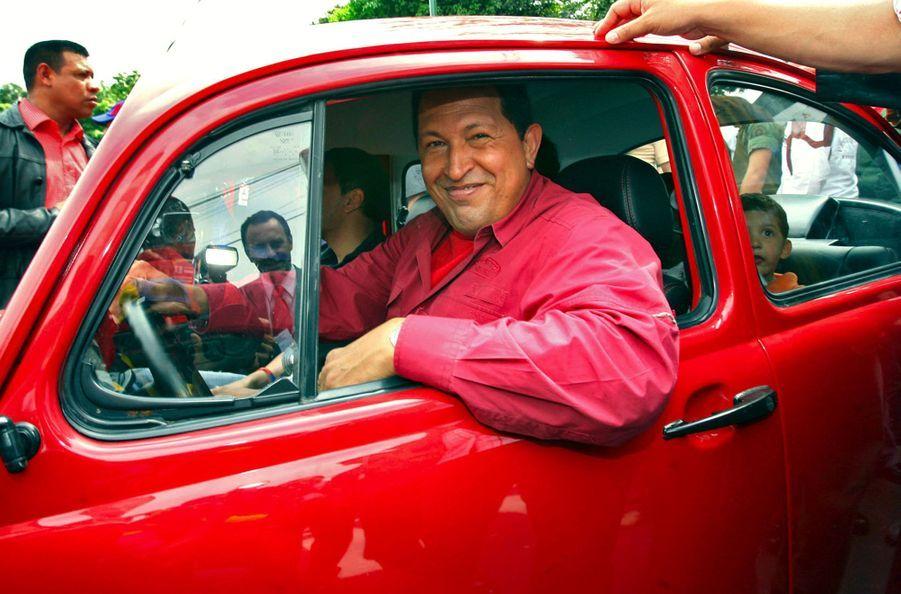 Le président vénézuélien Hugo Chaves au volant d'une Coccinelle après avoir voté lors de l'élection présidentielle de 2006, à Caracas.