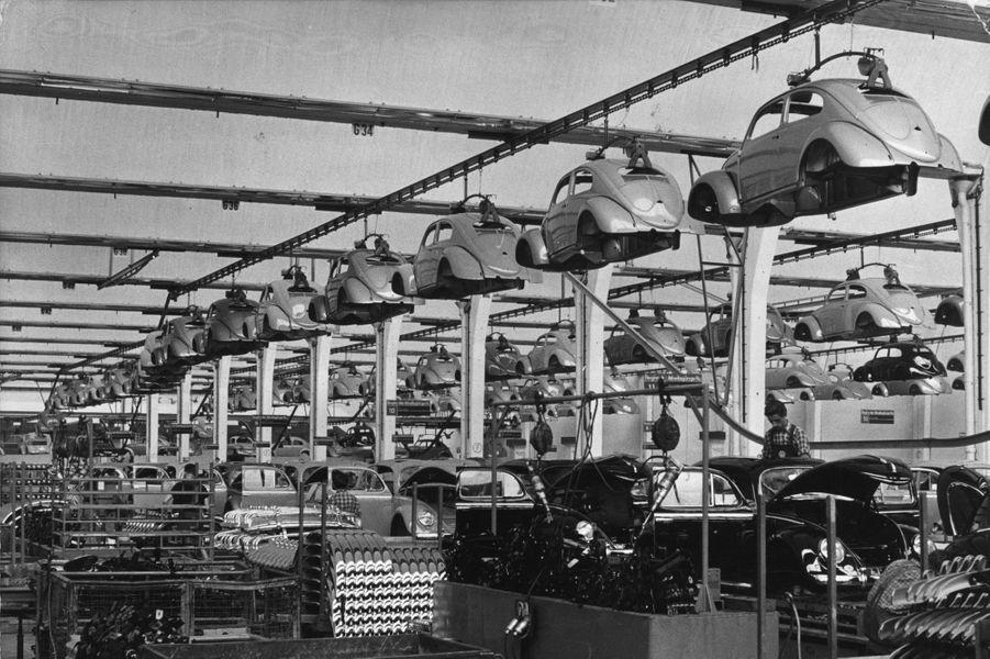 La chaîne de montage de la Coccinelle dans l'usine de Wolfburg vers 1955.