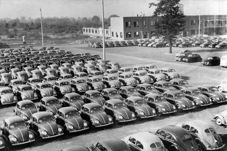 Sur le parking de l'usine de Wolfsburg en 1950.