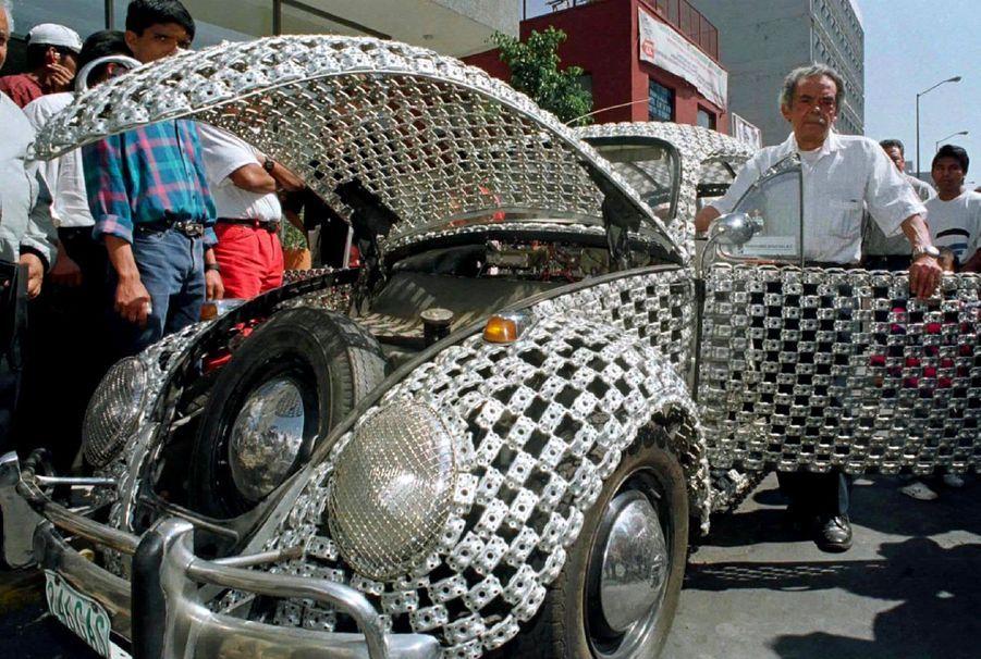 Une Coccinelle réalisée à partir de pièces détachées de platines de disque, à Mexico, au Mexique, en 1996.