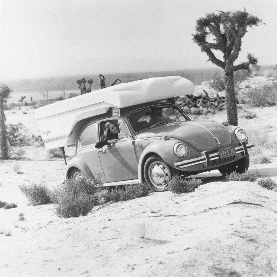 Un Coccinelle parée pour le camping dans le désert, dans les années 1970.