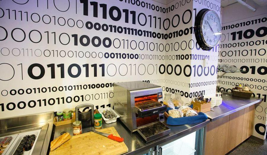 Comme un symbole, du code binaire est visible sur les murs de la cantine de Toronto.
