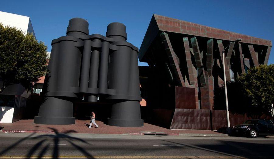 """Sur cette photo prise en 2012, l'entrée imaginée par Claes Oldenburg et Coosje van Bruggen du """"Campus"""" de Google à Los Angeles. Situé à Venice Beach, 500 employés de Google travaillent dans un environnement plutôt propice à la créativité."""