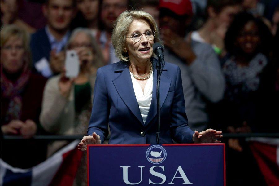 Betsy DevosSecrétaire à l'Education, 58 ans, 1,25 milliard (Windquest)