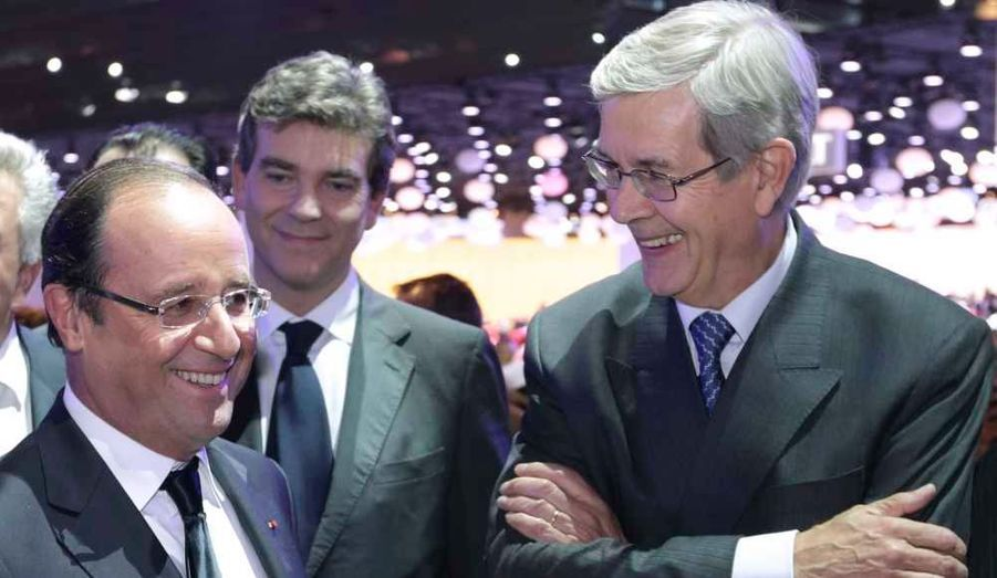 François Hollande, accompagné du ministre du Redressement productif, Arnaud Montebourg, et du PDG de PSA Philippe Varin.