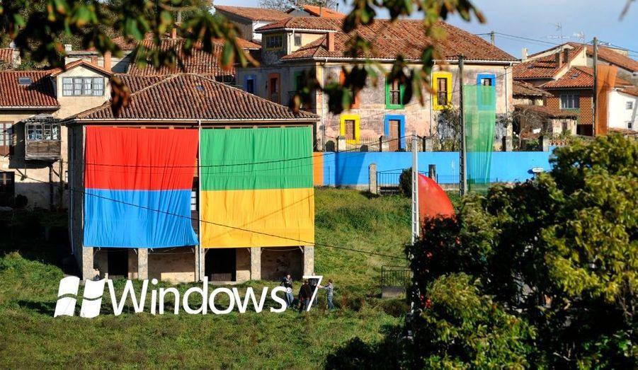 Microsoft a voulu faire du lancement de son nouveau système d'exploitation un événement mondial. Ici le village de Sietes dans le nord de l'Espagne, au couleur de Windows....