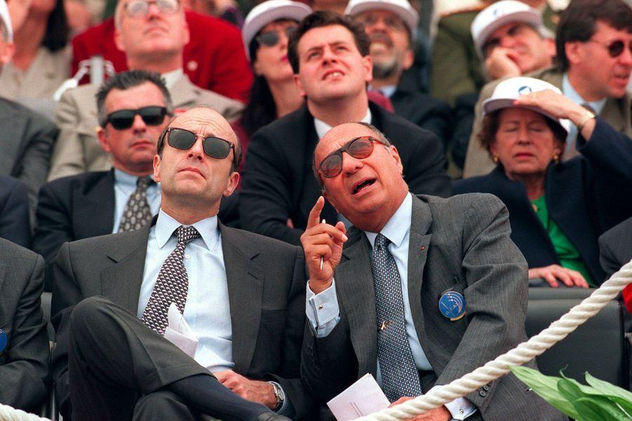 En juin 1995, le nouveau Premier ministre Alain Juppé admire les démonstrations aériennes aux côtés de Serge Dassault au Bourget.