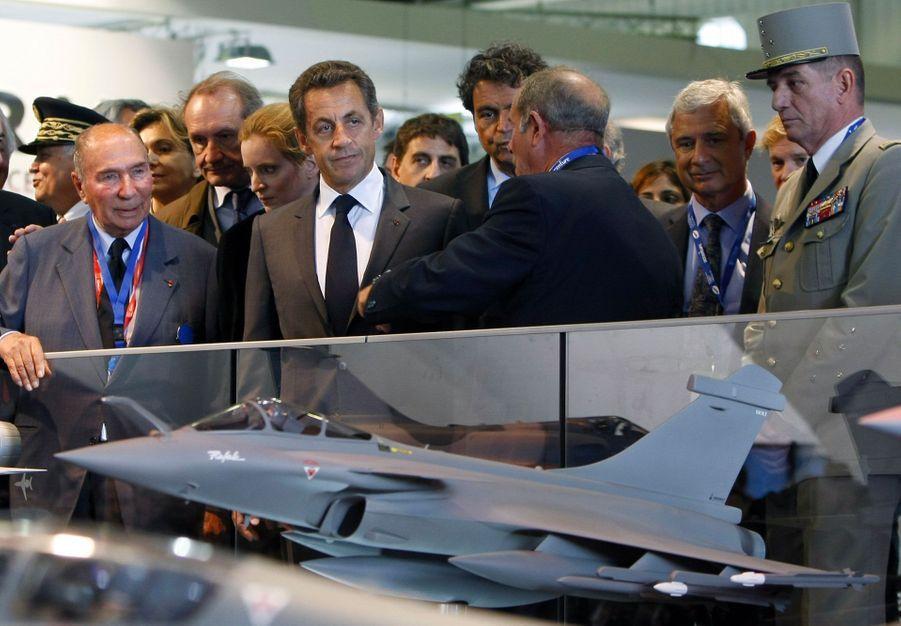 Nicolas Sarkozy admire une maquette de Rafale, au Bourget, en juin 2011, aux côtés de Serge Dassault. Cette année-là, l'avion français a participé aux frappes contre le régime de Mouammar Kadhafi, en Libye.