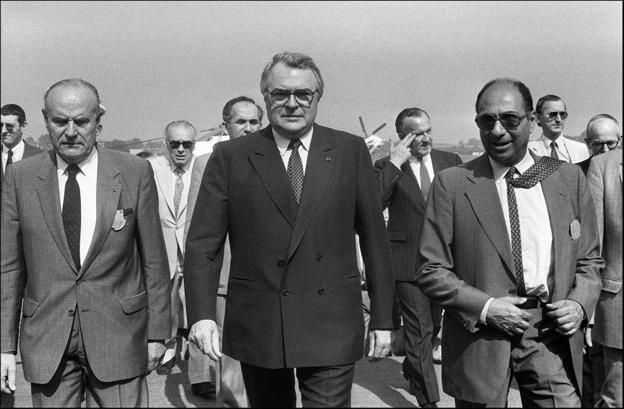 La gauche au pouvoir : le Premier ministre socialiste Pierre Mauroy en juin 1983 au Bourget, avec Serge Dassault.