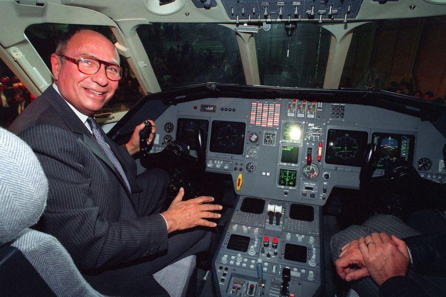 Serge Dassault aux commandes du Falcon 2000, dans l'usine de Bordeaux-Mérignac, en février 1993.