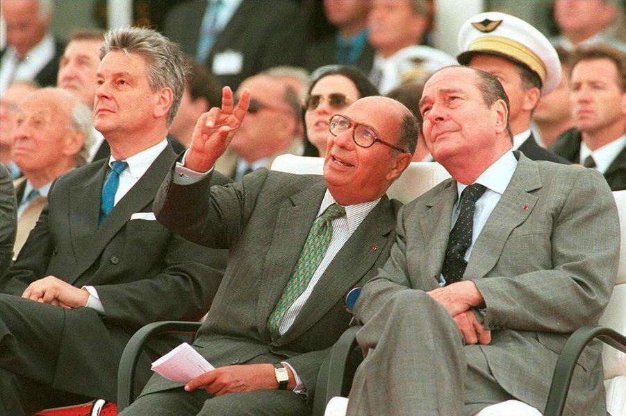 Serge Dassault avec, à gauche, le ministre socialiste de la Défense Alain Richard, et à droite, le président Jacques Chirac, au Bourget en juin 1997.