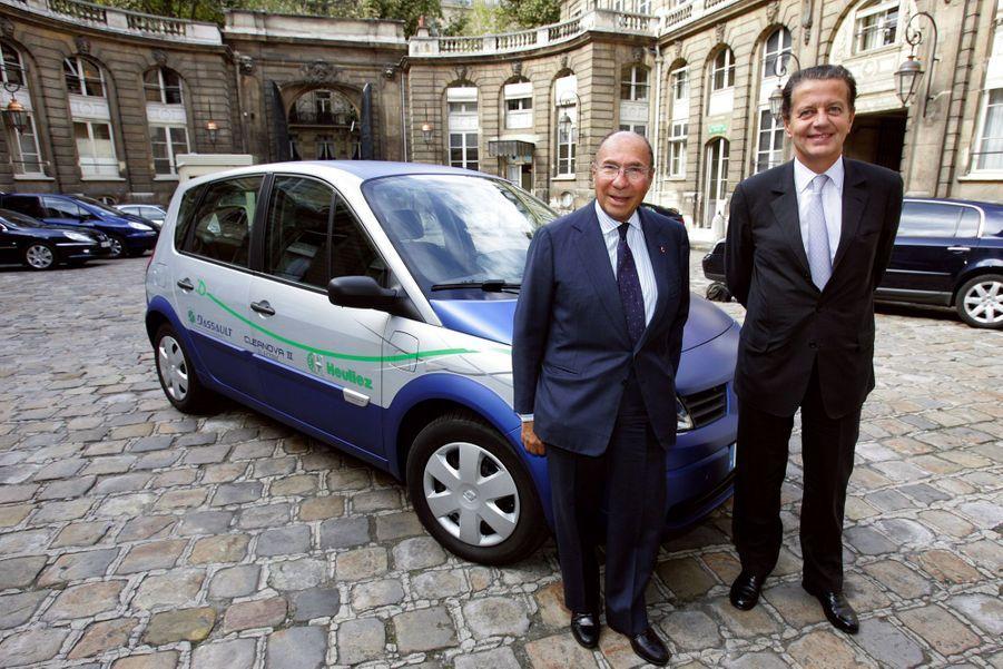 Serge Dassault avec Dominique Perben en septembre 2005, devant une voiture électrique conçue par une filiale de Dassault et Heuliez.