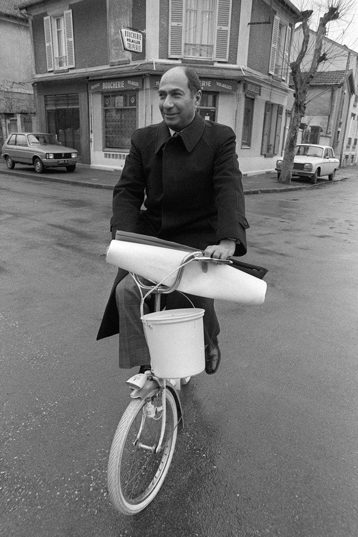 A bicyclette toujours, Serge Dassault en campagne électorale pour les législatives, en février 1978, à Vigneux-sur-Seine.
