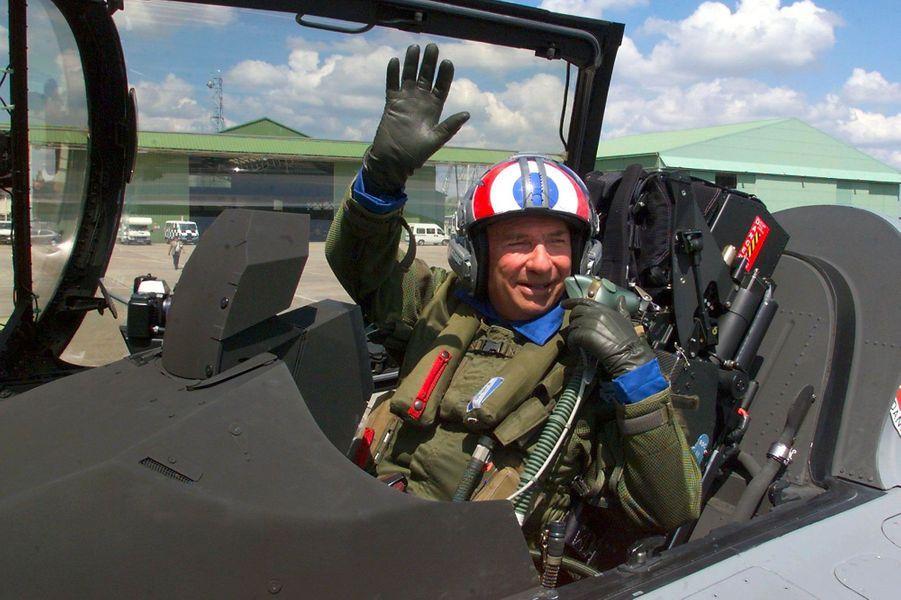 Serge Dassault en combinaison de pilote à bord d'un Rafale, au Bourget, en juin 1999.