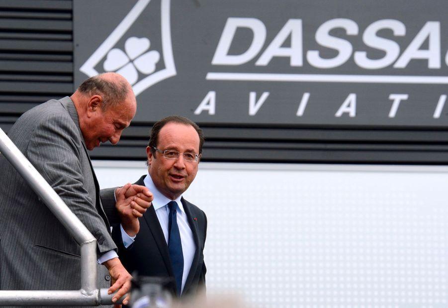 François Hollande aide Serge Dassault à descendre au Bourget, en juin 2013.