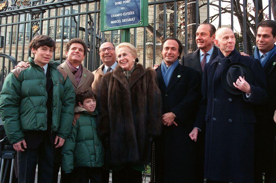 Le maire de Paris, Jacques Chirac, inaugure en janvier 1992 la nouvelle plaque du rond-point des Champs-Elysées, désormais baptisé Marcel Dassault, en présence de Serge et Nicole Dassault, ainsi que de leurs enfants, petits-enfants et arrières petits enfants.