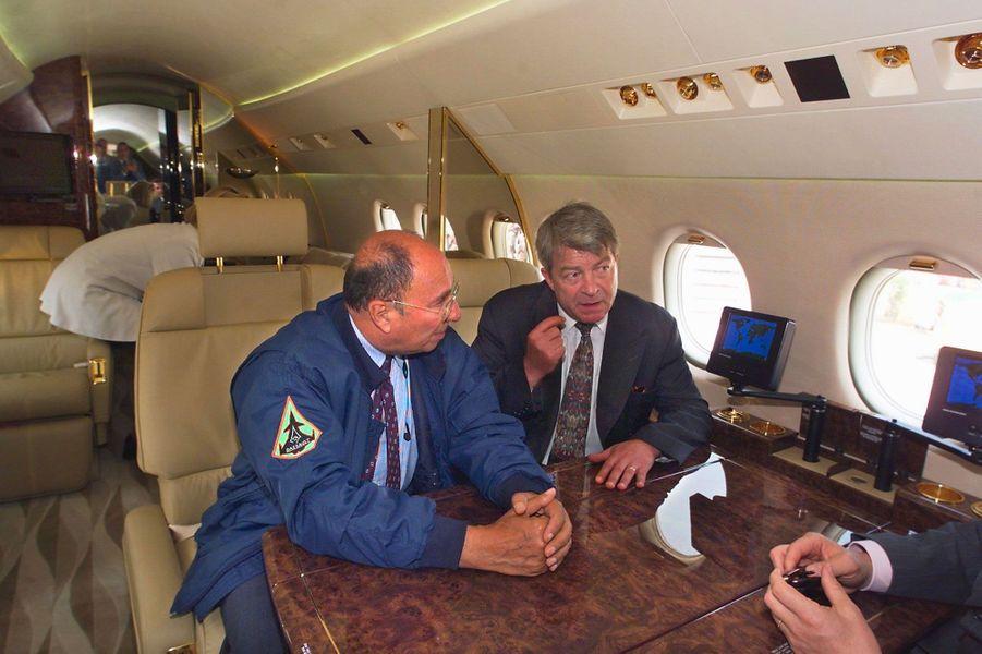 Serge Dassault reçoit le ministre des Transports, le communiste Jean-Claude Gayssot, à bord d'un Falcon 900 EX au salon du Bourget, en juin 1999.