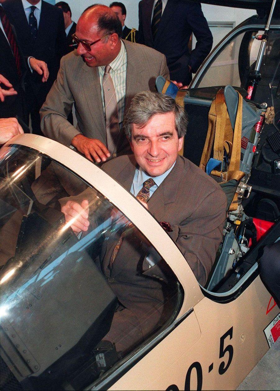 Le ministre de la Défense Jean-Pierre Chevènement s'installe à bord du cockpit d'un Mirage 2000-5, en juin 1989, au Bourget. Derrière lui, Serge Dassault.