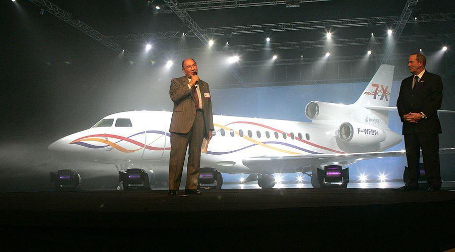 Février 2005 : sous le regard de son futur successeur Charles Edelstenne, Serge Dassault célèbre la sortie d'atelier du premier Falcon 7X à Bordeaux-Mérignac.