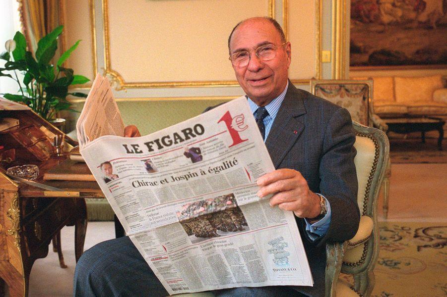 Serge Dassault dans son bureau parisien en février 2002, lit «Le Figaro». Il vient d'acquérir 30% du capital de la maison mère du quotidien.