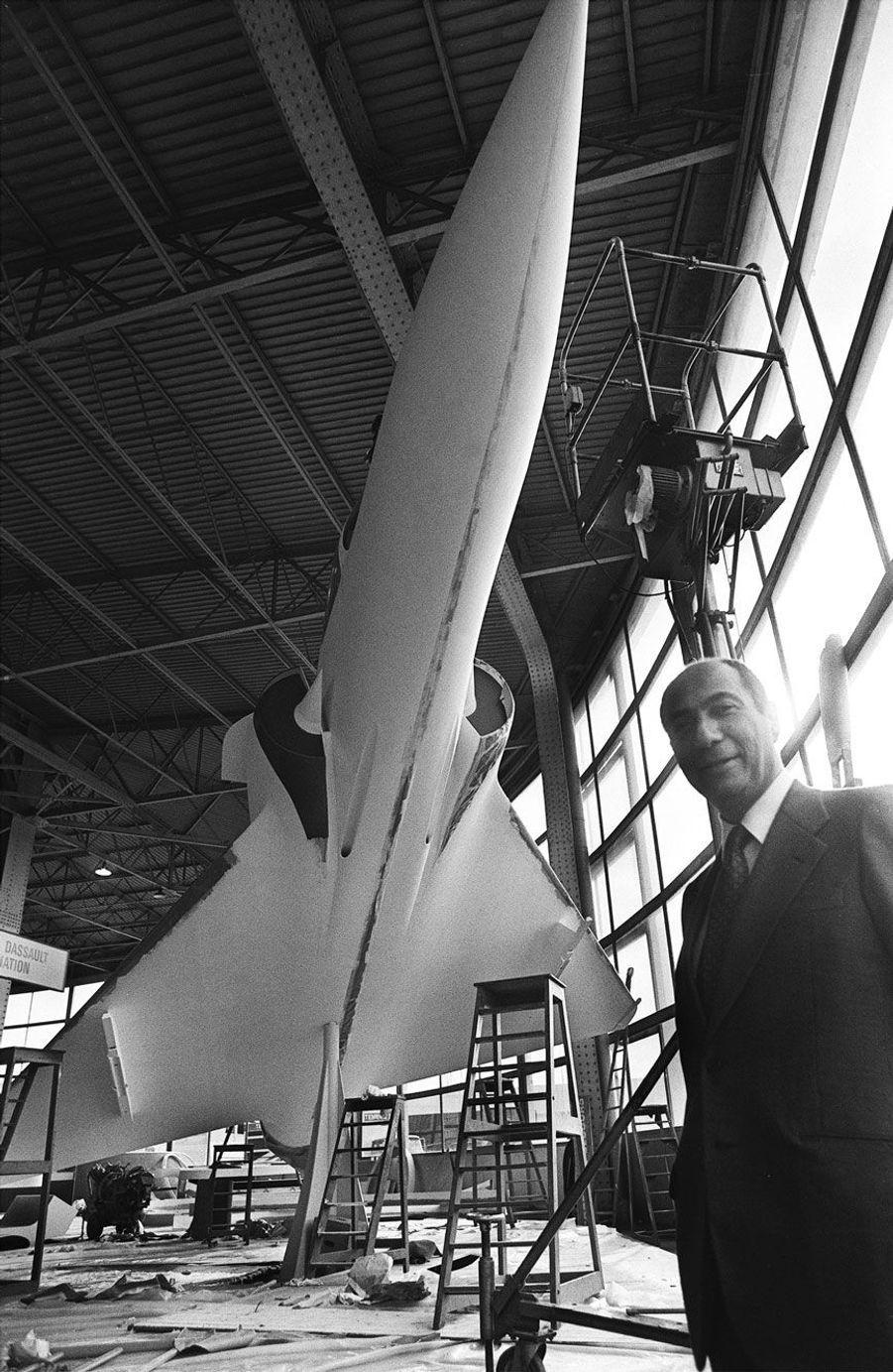 Serge Dassault présente le Mirage 2000 au Bourget en mai 1977.