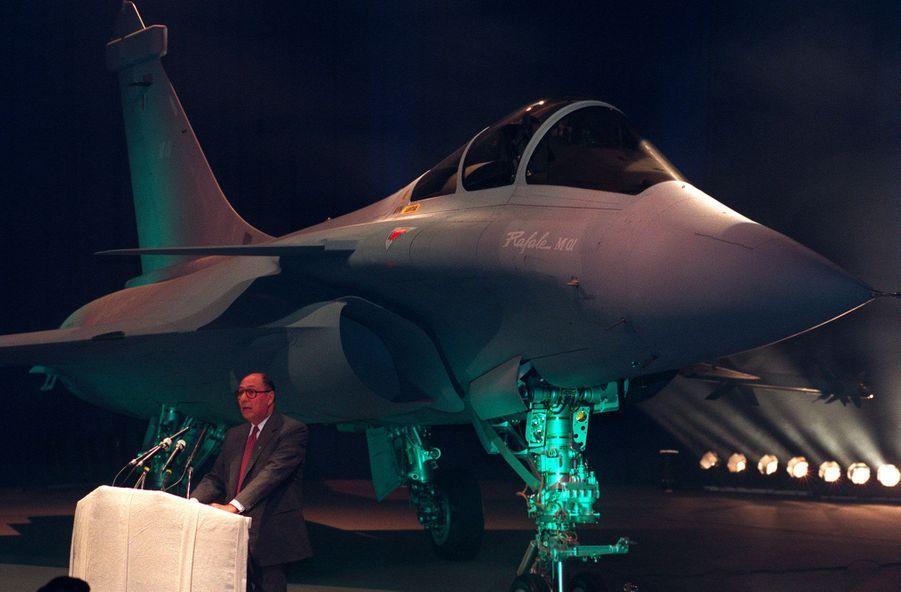 Décembre 1991, à Istres : Serge Dassault prononce un discours devant le Rafale M01, un prototype d'appareil destiné à la Marine.