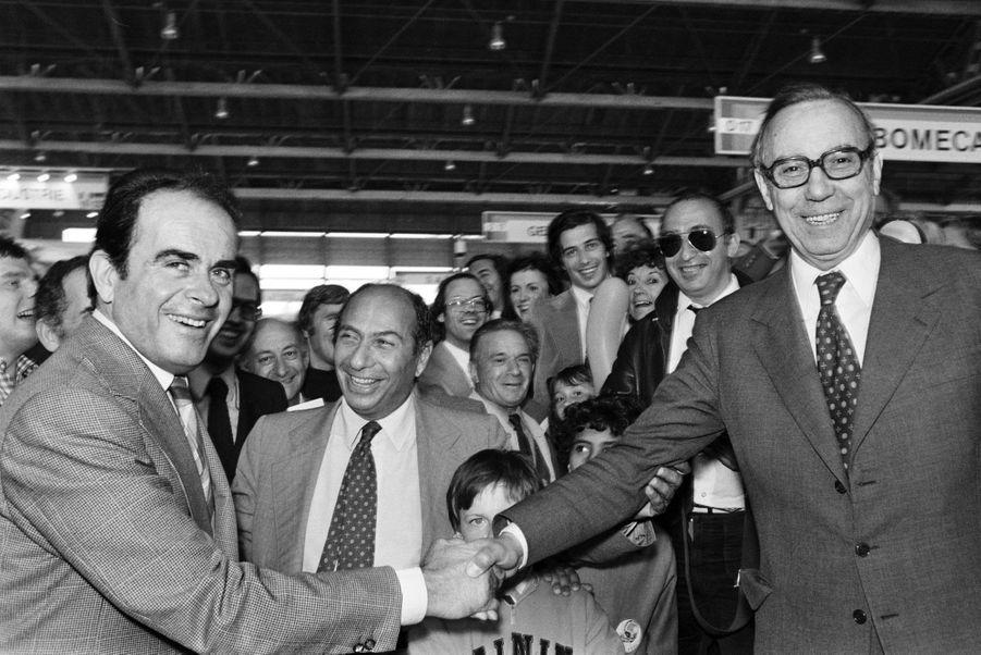 Juin 1979, toujours : Serge Dassault accompagne le communiste Georges Marchais, qui serre la main du gaulliste Michel Debré.