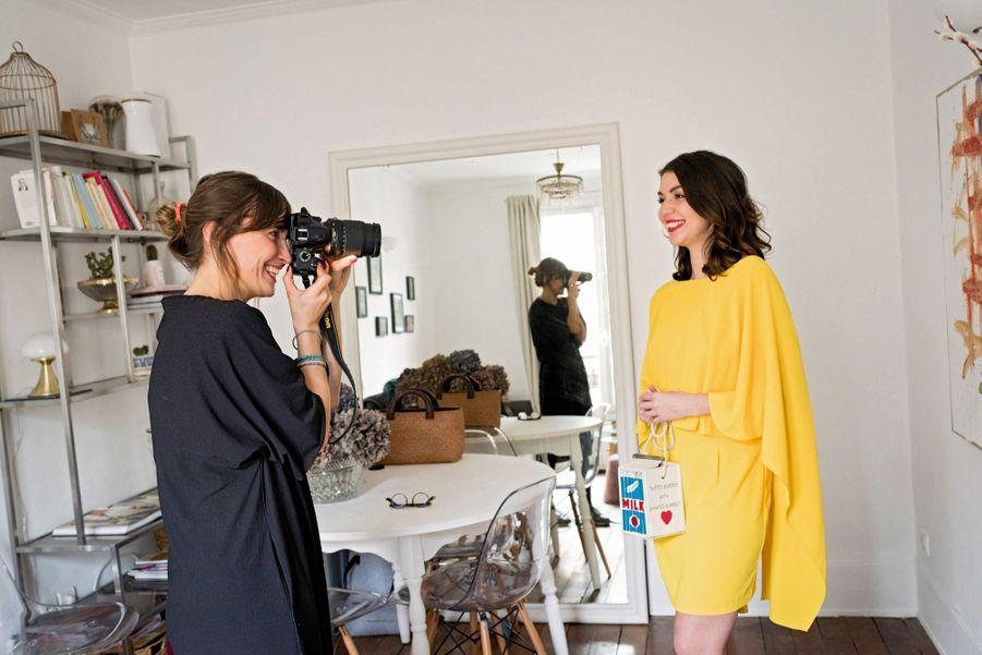 Delphina Tomaszewska, 34 ans, DresswingElle immortalise la robe jaune que sa cliente va mettre à la location sur son application : peut-être le futur Airbnb de la fringue de luxe… Il y a cinq ans, Delphina quitte un CDI. Elle développe Dresswing avec Xavier, son petit frère (en photo avec Mathilde qui a rejoint la start-up). Dans cette vitrine virtuelle, environ 2 000 pièces tirées du dressing de fashionistas d'Ile-de-France et louées entre 5 % et 10 % du prix de vente en boutique. Delphina ne se rémunère toujours pas.