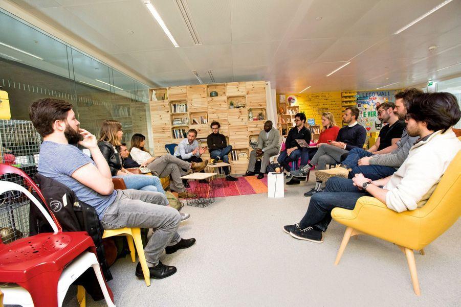 Réunion mensuelle de la guilde indie dans la « creativity room » de la Station F.
