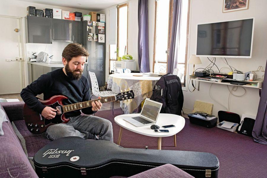 Pierre Merlet, 27 ans, BoldenMême chez lui, il ne déconnecte pas. En 2015, Pierre cofonde Bolden, une plateforme de financement destinée aux entreprises. Avec une croissance de 400 % par an, 15 salariés sont embauchés et la société a quitté la Station F pour des locaux près des Champs-Elysées.