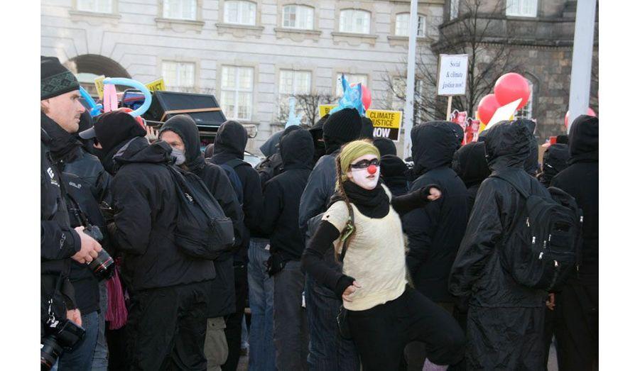 """14 heures. Les manifestants, rassemblés sur la place du Parlement, se mettent en route. Les désobéissants font les """"clowns"""" devant le """"bloc noir""""."""