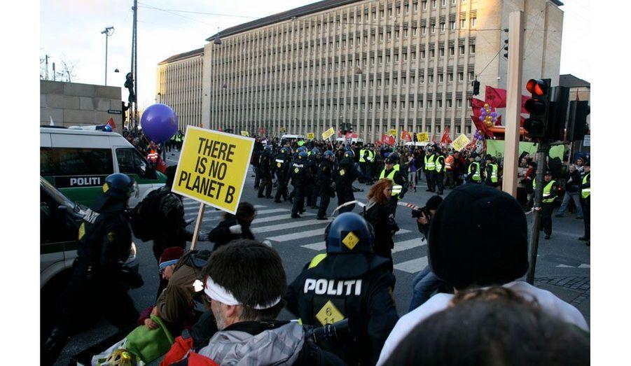 """Des membres du """"Black Bloc"""" ont cassé des vitrines. Tout le monde court. La police, invisible jusqu'alors, arrive très rapidement sirènes hurlantes. Elle se rue sur eux."""