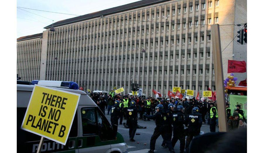 En quelques secondes, alors que tous les manifestants courent pour se mettre à l'abri, plusieurs hommes en noir sont à terre. D'autres sont parvenus à s'enfuir.