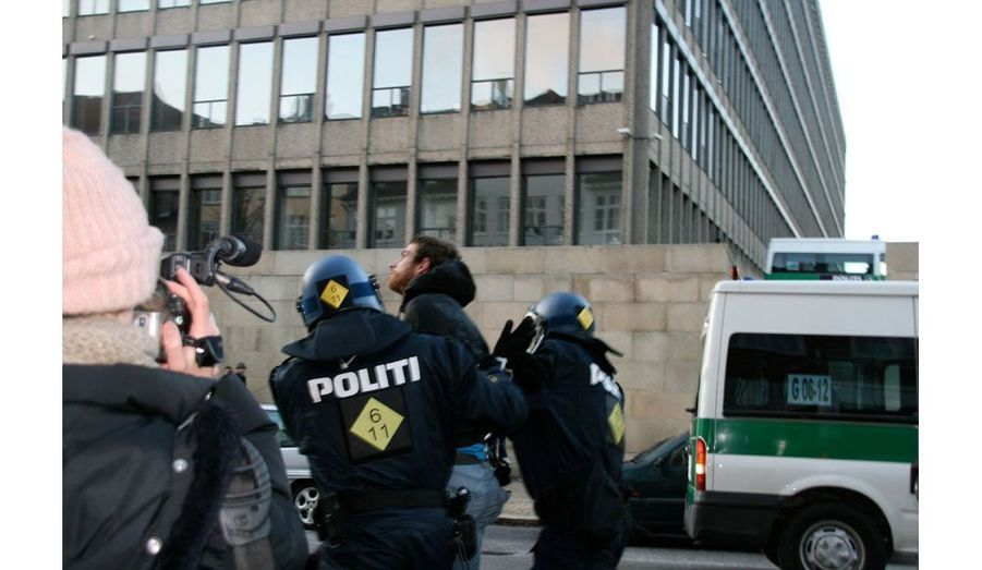 Ce manifestant sera amené dans une rue où seront rassemblés les 968 autres manifestants interpellés.