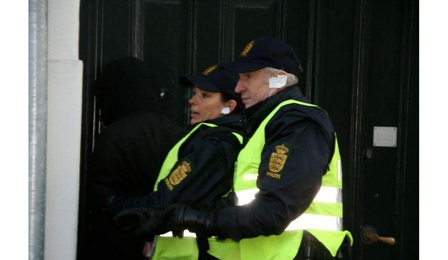 Un peu plus loin dans la même rue, perpendiculaire à celle de la manifestation, un autre homme est interpellé. Les policiers veulent l'éloigner des regards. Il est caché sous un porche d'immeuble.