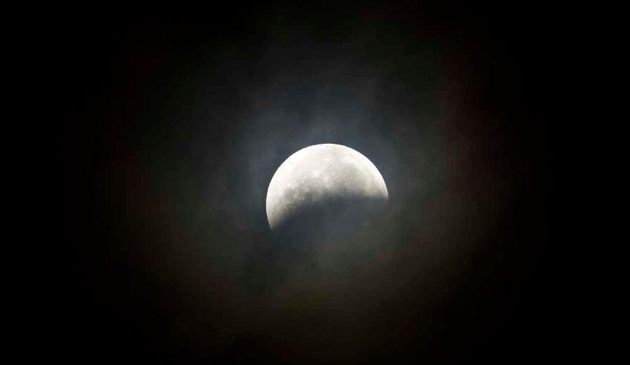 """Une éclipse totale de Lune était visible mardi à partir de 8h41 (heure française) en Amérique, en Europe de l'Ouest et une partie de l'Asie. """"A Paris et dans la région parisienne on pourra observer une Lune éclipsée se couchant à l'ouest alors que le Soleil se lève à l'est et donc voir les deux astres en même temps"""", précise l'Institut français de mécanique céleste (IMCCE). Le 4 janvier, une partie de la population mondiale pourra lever les yeux au ciel et regarder le soleil s'éclipser."""