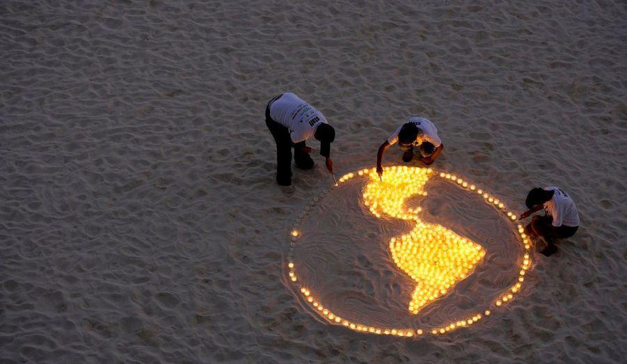 Des militants de la World Wildlife Fund (WWF) disposent des bougies représentant la terre. Restés en marge de la conférence sur le changement climatique organisée par l'ONU, ils ont ainsi déploré que les ambitions de la conférence de Cancun fussent plus faibles que celles proposées à Copenhague l'an passé.