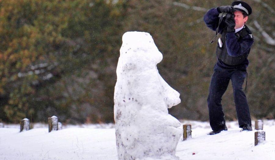 Un policier immortalise un ours en neige dans Richmond Park, au sud-ouest de Londres.