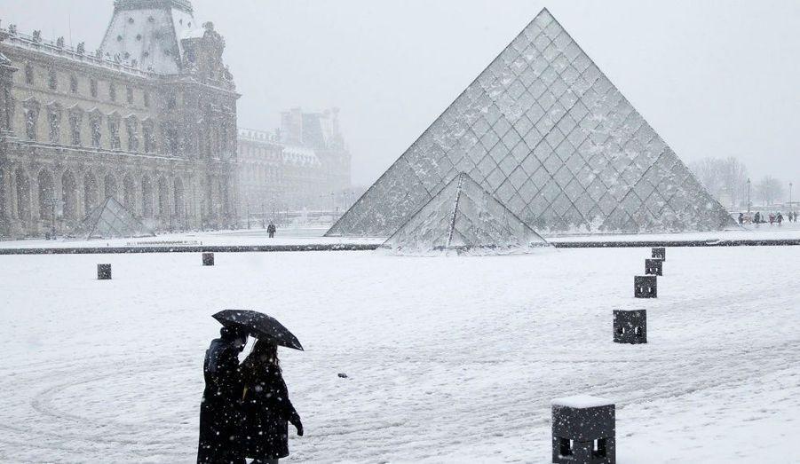 La pyramide du Louvre sous les flocons. Plus de dix centimètres de neige sont tombés mercredi après-midi sur Paris et sa petite couronne, paralysant la capitale.