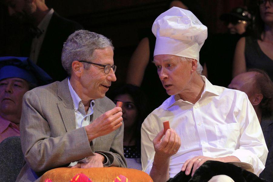 Eric Maskin et Richard Roberts goûtent les saucisses du prix de nutrition