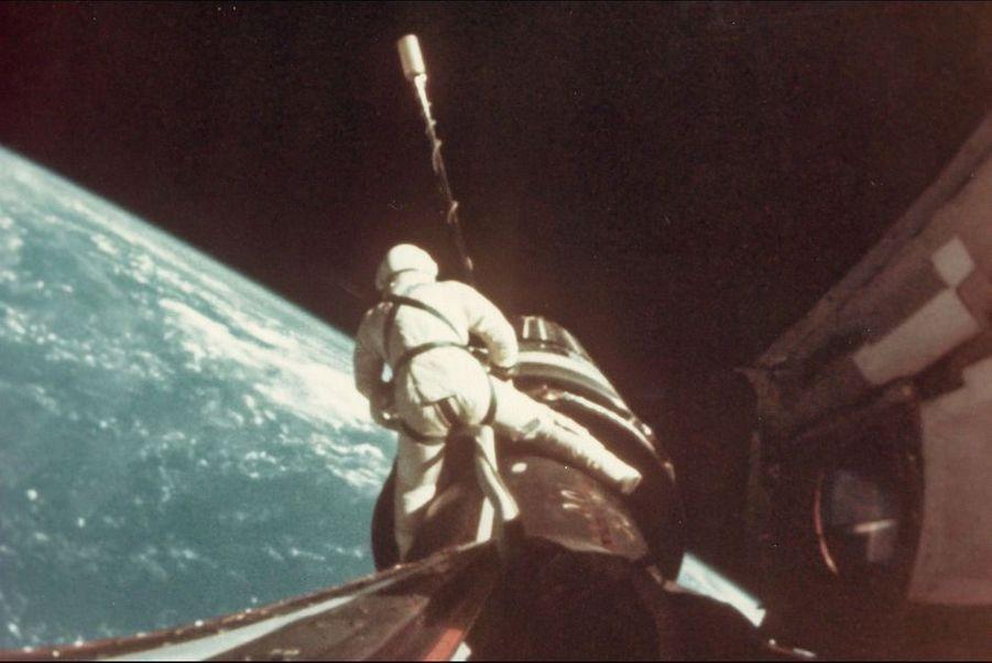 Le rodéo de Richard Gordon sur le vaisseau de la mission Gemini 11, septembre 1966