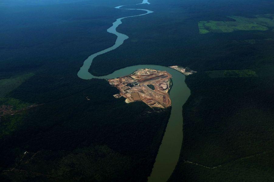 Pour expliquer cette inversion, les causes avancées divergent: pour les défenseurs de l'environnement, le gouvernement brésilien est complice: la modification des normes de sylviculture entretient le flou sur la quantité de terres forestières que doivent préserver les propriétaires. Mais pour la ministre brésilienne de l'Environnement, Izabella Teixeira, c'est principalement la déforestation illégale en Amazonie qui provoque le plus de dégâts.
