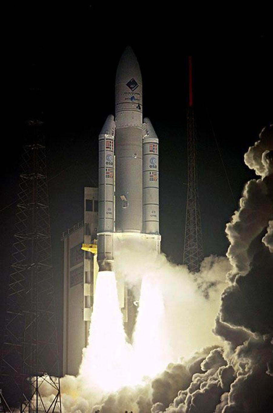 Le grand jour est arrivé pour le petit robot Philae, passager depuis plus de dix ans de la sonde spatiale européenne Rosetta : il va tenter mercredi le premier atterrissage de l'histoire sur le noyau d'une comète.Cette prouesse technique, qui se déroulera à 511 millions de km de la Terre, doit encore obtenir l'autorisation définitive des responsables de la navigation de la sonde, au Centre européen d'opérations spatiales (ESOC) de l'ESA (Agence spatiale européenne) à Darmstadt (Allemagne).Après avoir parcouru 6,5 milliards de km depuis son départ de la Terre, en 2004, la sonde européenne Rosetta a rejoint la comète 67P/Churyumov-Gerasimenko début août.L'ESA va tenter à présent de poser l'atterrisseur Philae sur la surface de ce corps céleste d'une dimension maximale de 5,4km sur 4,1 km.La mission doit permettre de révéler quelques secrets sur la formation du système solaire.Le minutage de l'opération de même que l'angle et la vitesse de séparation de Philae seront déterminants: une fois le module séparé de Rosetta, les scientifiques de l'ESA n'auront en effet plus aucun moyen d'intervenir sur sa trajectoire le menant vers le site d'atterrissage baptisé Agilkia.Les scientifiques espèrent que les données recueillies à la surface de la comète leur permettront d'avoir un aperçu de ce à quoi ressemblait le monde à la naissance du système solaire, il y a 4,6 milliards d'années.A lire : le satellite Gaia, une prouesse européenne