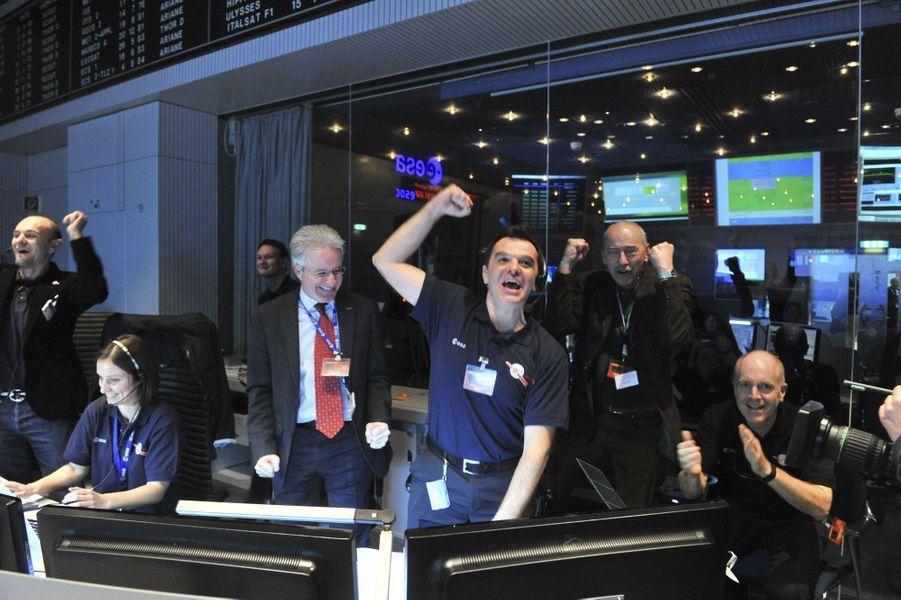 L'angoisse fait place à une explosion de joie au centre de contrôle de l'ESA à Darmstadt, en Allemagne. C'est près de 10 ans après son lancement que la sonde devait se réveiller, à environ 807 millions de kilomètres de la Terre. Alimentée par l'énergie solaire captée par ses immenses panneaux solaires, Rosetta avait été mise en sommeil. «Elle était si loin du soleil que les rayons solaires n'étaient pas en mesure de produire suffisamment d'énergie pour permettre un fonctionnement sûr de l'engin», expliquait alors Andrea Accomazzo, directeur de la mission Rosetta. La sonde s'est réveillée comme prévu.