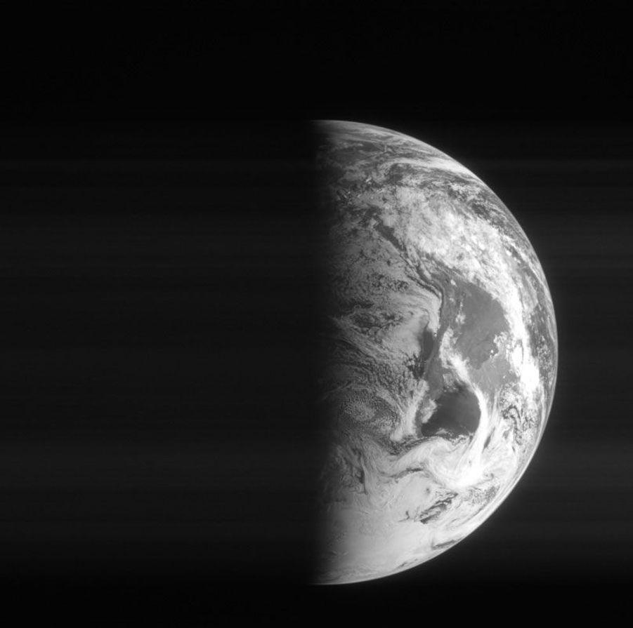 Le 5 mars 2005, Rosetta photographie la Terre avec son appareil embarqué. Il lui reste encore un très long périple jusqu'à la comète67P/Tchourioumov-Guérassimenko.