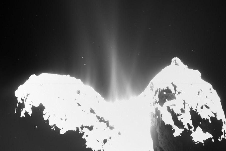 La comète Tchouri photographiée par le robot Philae, déposé par la sonde Rosetta