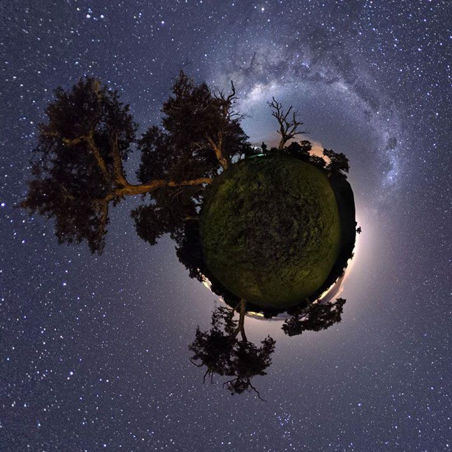 """A partir de vendredi soir et jusqu'au 3 août, vous pourrez admirer les étoiles partout en France, en Europe et en Afrique où des centaines de sites vous accueilleront pour contempler la voûte céleste. Pour l'astrophotographe français Luc Perrot, c'est «la nuit des étoiles» tous les soirs sur l'île de la Réunion où il a définitivement posé le pied de son appareil photo. Grâce à des logiciels spécialisés, il connaît à l'avance l'évolution du ciel et l'emplacement des planètes et capte ainsi «ce que l'Ile Intense aura bien voulu il offrir ce soir-là».En juin dernier, Luc Perrot a remporté le 1er Prix du concours international de photographie du ciel et de la Terre grâce à une image exceptionnelle de la Voie lactée au-dessus du Piton de la Fournaise. A travers ce diaporama, il nous fait partager la beauté du ciel nocturne et nous rappelle que nous sommes bien peu de choses.- Daphné Mongibeaux Visitez son site :www.lucperrot.frEt sa page Facebook :www.facebook.com/lucperrotphotoLuc Perrot à propos de cette image : «Est-ce une nouvelle planète découverte dans notre galaxie? Si oui, nous devons alors nous rendre à l'évidence qu'il existe une forme de vie extra-terrestre à découvrir... Plus sérieusement, cet assemblage panoramique sous forme de petite planète a été réalisé dans les pâturages de la Plaine des Cafres sur l'île de la Réunion. L'idée de départ était de s'inspirer du """"Petit Prince"""" de Saint-Exupéry.»"""