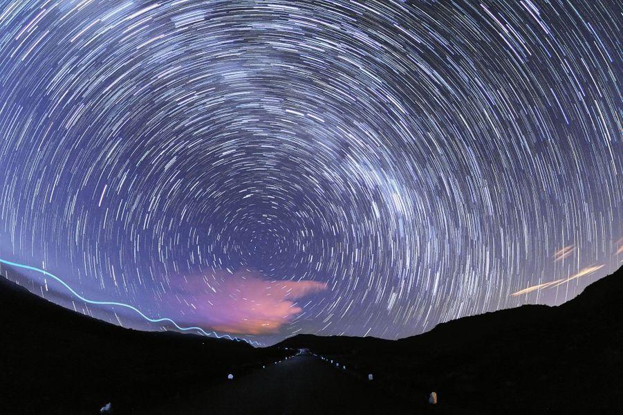 «Quatre heures du matin, route du volcan à la Réunion. Mon appareil photo est posé sur son trépied en plein milieu de la route pour réaliser ce filé d'étoiles mettant en évidence la rotation de la Terre. Cette prise de vue étant relativement longue, je n'ai qu'une hantise : le passage d'une voiture m'obligeant à renoncer à mon projet. Mais surprise, c'est une lueur de lampe frontale, dandinant de gauche à droite qui se rapproche de moi. Situation angoissante. Finalement, c'est un jogger réalisant son footing matinal qui passe sous mon nez laissant cette trace lumineuse de forme sinusoïdale, que vous pouvez observer à gauche de la photo et qui de plus, a eu la bonne idée d'éclairer toute la route d'une manière très originale.» Visitez le site de Luc Perrot :www.lucperrot.frEt sa page Facebook :www.facebook.com/lucperrotphoto